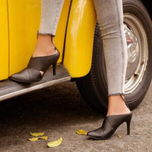 Zuecos para Mujer Puntudo en Cuero Negro - Envíos Gratis en Colombia - Conoce nuestra colección DFV Leather de zuecos y mules para mujer aquí.